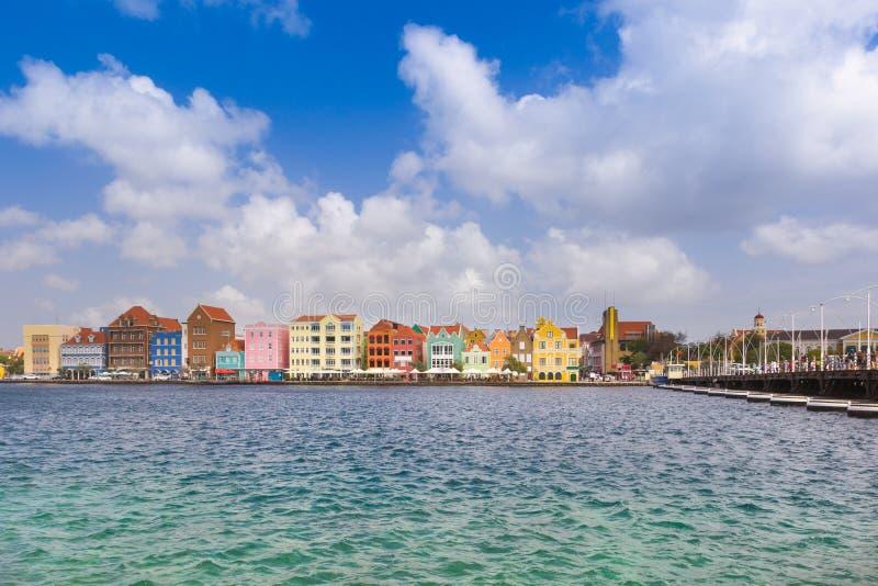 Visión en el puente del pantoon y en el centro de la ciudad en Willemstad, Curaçao fotos de archivo