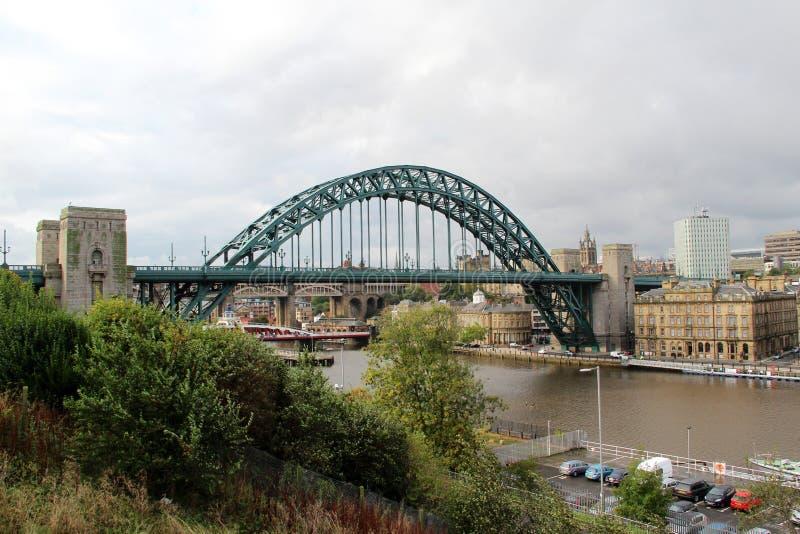 Visión en el puente sobre el río Tyne debajo de un cielo nublado en Newcastle Inglaterra del este del norte Reino Unido imágenes de archivo libres de regalías
