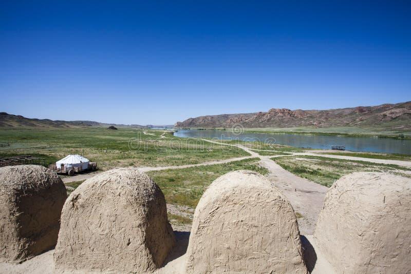 Visión en el río de Ile y las montañas del Tas de Tamgaly, un yurt de un castillo de la película Kazajistán - centros fotos de archivo libres de regalías