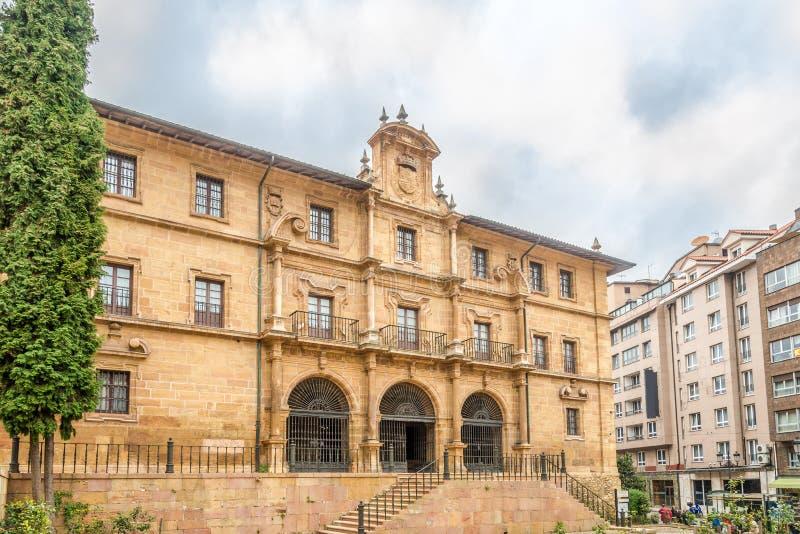 Visión en el San Pelayo Monastery en las calles de Oviedo en España fotos de archivo
