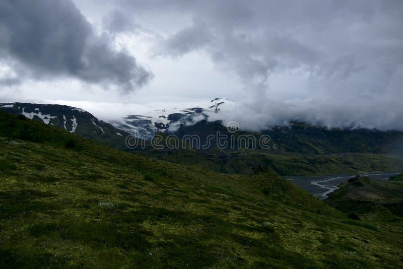 Visión en el valle de Basar y de Porsmörk en un día nublado, Islandia fotografía de archivo