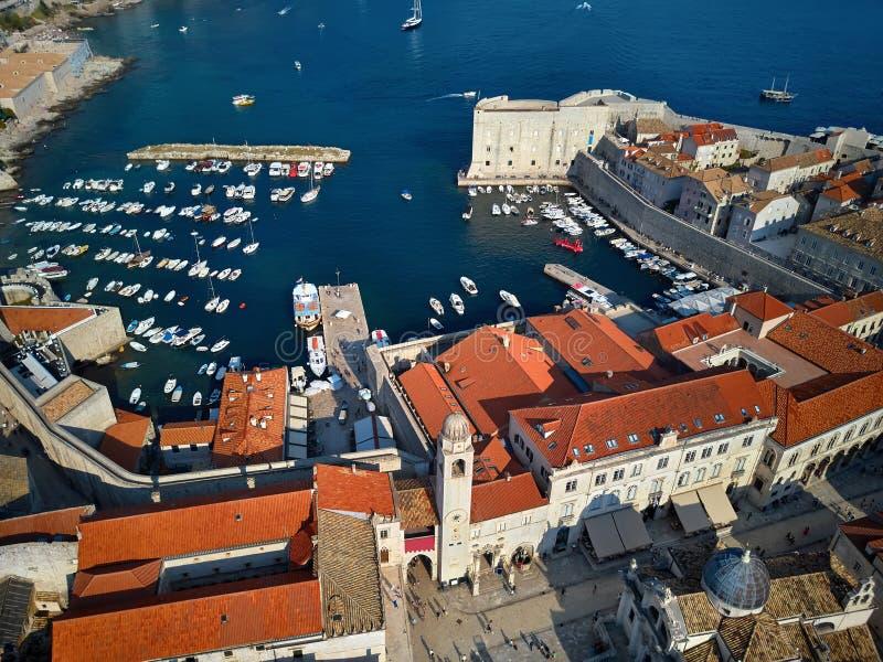 Visión en la bahía del mar y la ciudad vieja de Dubrovnik en Croacia fotos de archivo libres de regalías