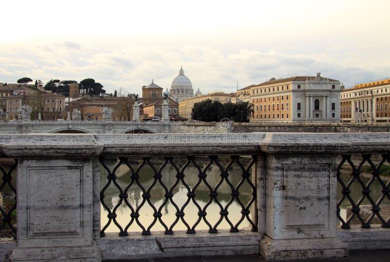 Visión en la catedral de Tiber y de San Pedro en Roma, Italia imágenes de archivo libres de regalías