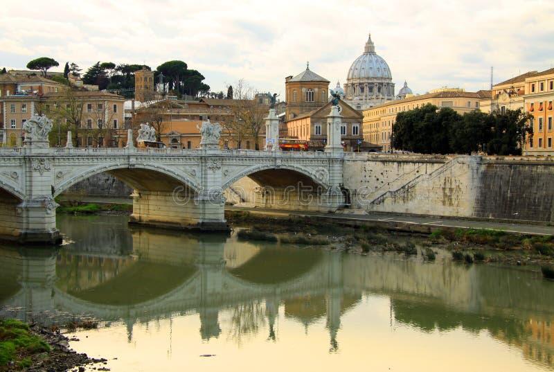 Visión en la catedral de Tiber y de San Pedro en Roma, Italia fotos de archivo