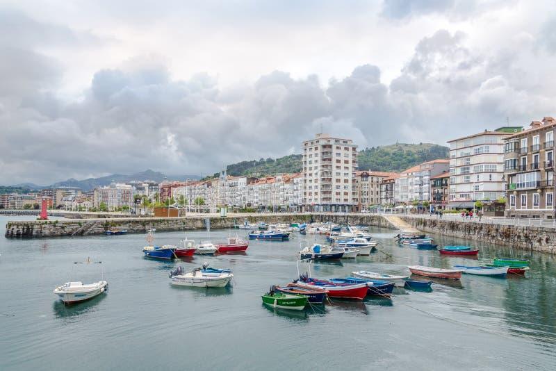 Visión en la costa y el puerto en Castro Urdiales Town en España imagen de archivo libre de regalías