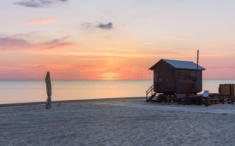 Visión en la playa arenosa de Palanga con la casa del salvavidas fotos de archivo libres de regalías