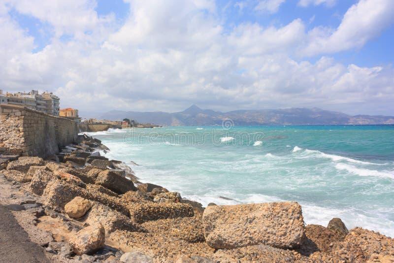 Visión en la playa cerca Heraklion en Creta imagenes de archivo