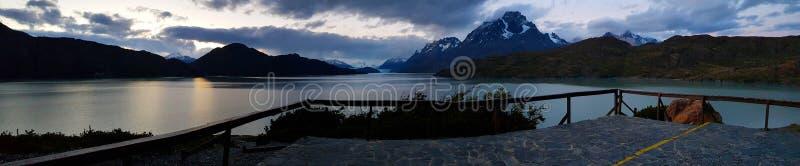Visión en la puesta del sol del gris de Grey Lake y del glaciar, Torres del Paine, Chile imagen de archivo