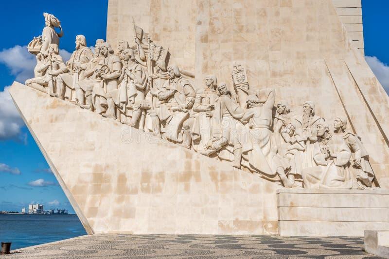 Visión en las esculturas del monumento a los descubrimientos en Lisboa, Portugal foto de archivo