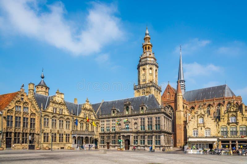 Visión en lugar del markt de Grote el gran en Veurne - Bélgica imagenes de archivo