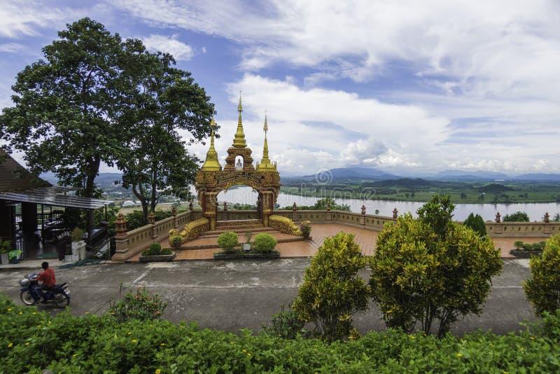 Visión en Phra Dhat Pha Ngao con Niza el cielo y el río de Khong fotografía de archivo libre de regalías