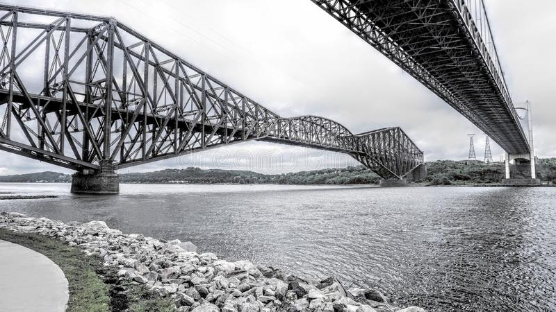Visión entre dos puentes sobre el St Lawrence River fotos de archivo libres de regalías