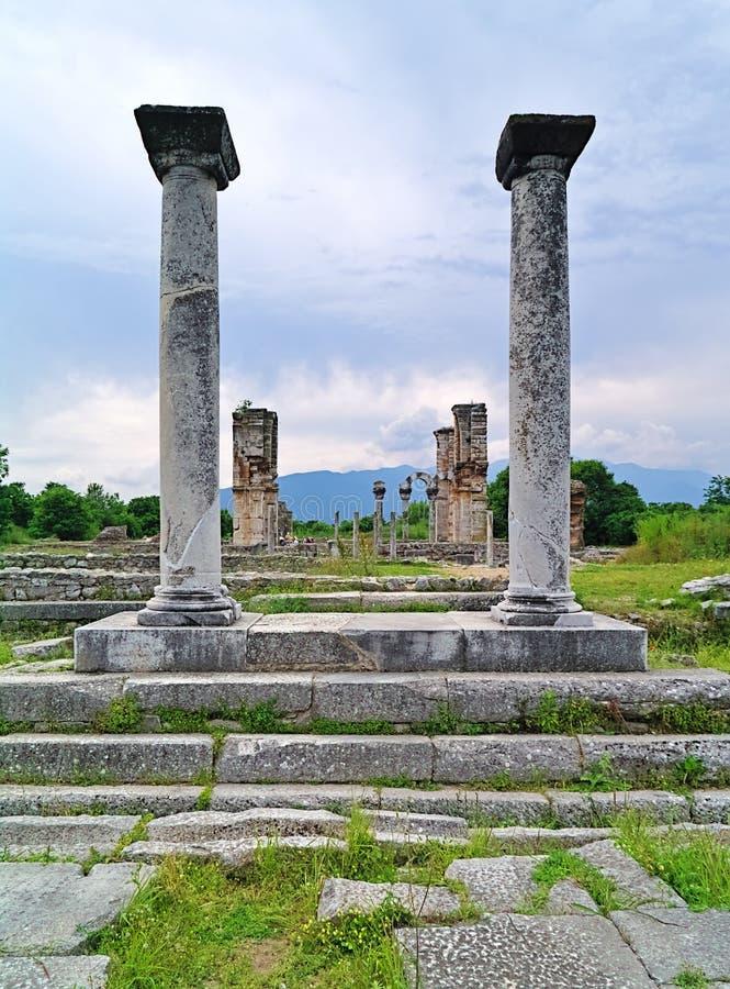 Visión entre el columnt de las ruinas cristianas del templo de la basílica II foto de archivo