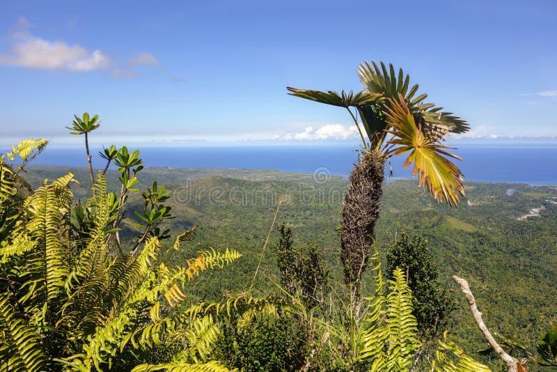 Visión escénica desde el top de la montaña del EL Yunque sobre la bahía Cuba Océano Atlántico de Baracoa foto de archivo libre de regalías