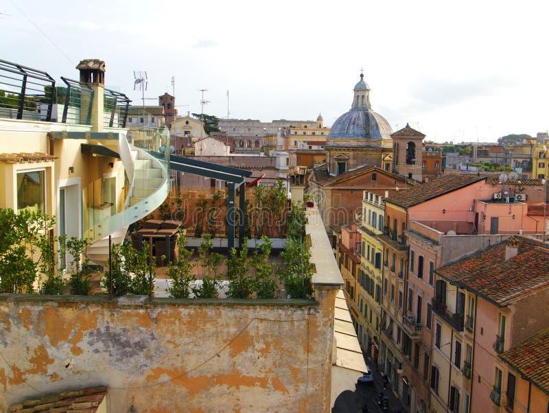 Visión escénica desde el top del tejado a los edificios antiguos en Roma, Italia fotos de archivo libres de regalías