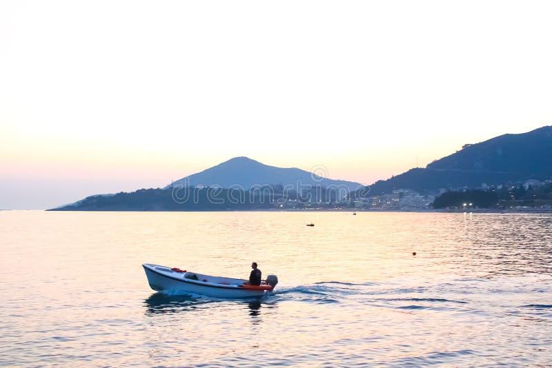 Visión escénica en el mar con fishman en barco imagenes de archivo