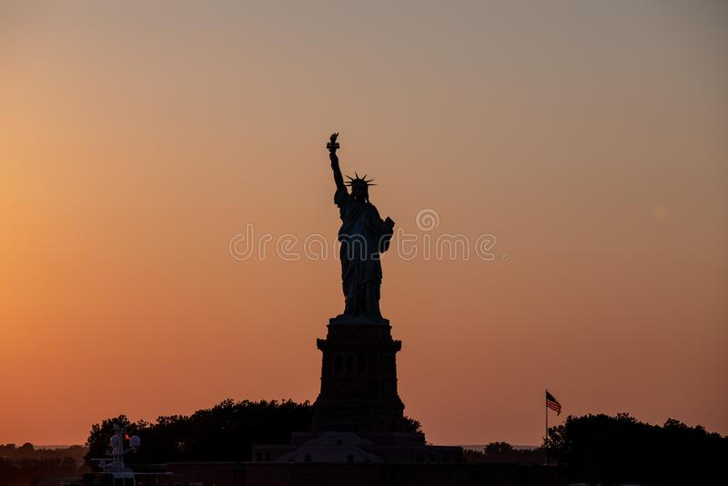 Visión escénica en la estatua de la libertad en una puesta del sol imagen de archivo libre de regalías
