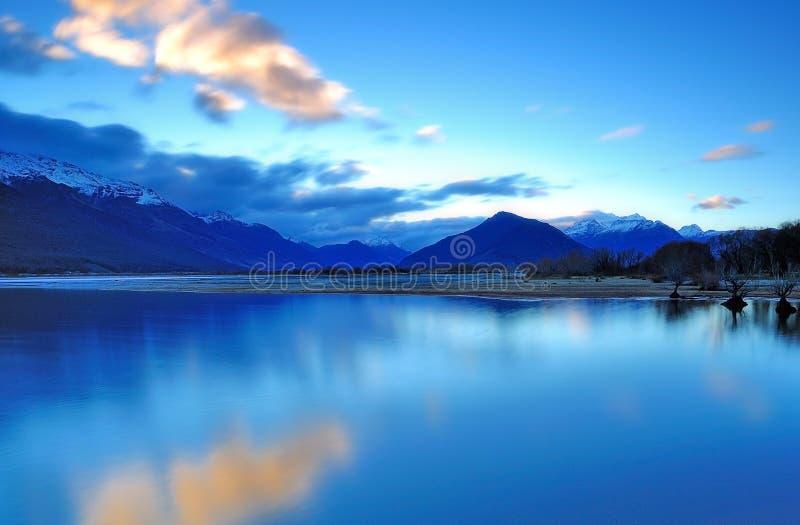 Hora azul en el lago Wakatipu Glenorcy, Queenstown foto de archivo libre de regalías