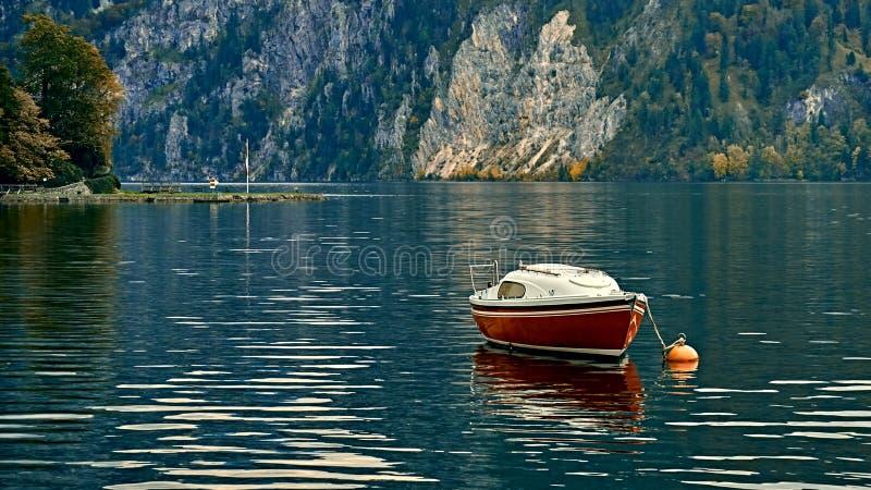 Visión escénica hermosa sobre el lago austríaco tranquilo y pacífico de las montañas E imágenes de archivo libres de regalías