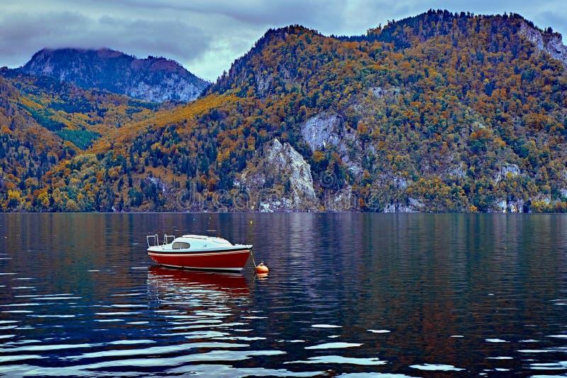 Visión escénica hermosa sobre el lago austríaco tranquilo y pacífico de las montañas E fotografía de archivo