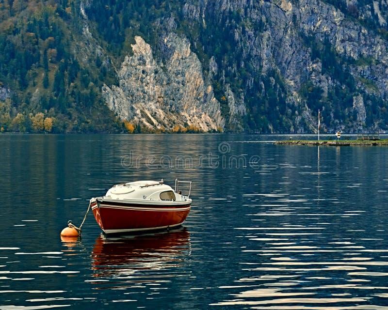 Visión escénica hermosa sobre el lago austríaco tranquilo y pacífico de las montañas E fotos de archivo