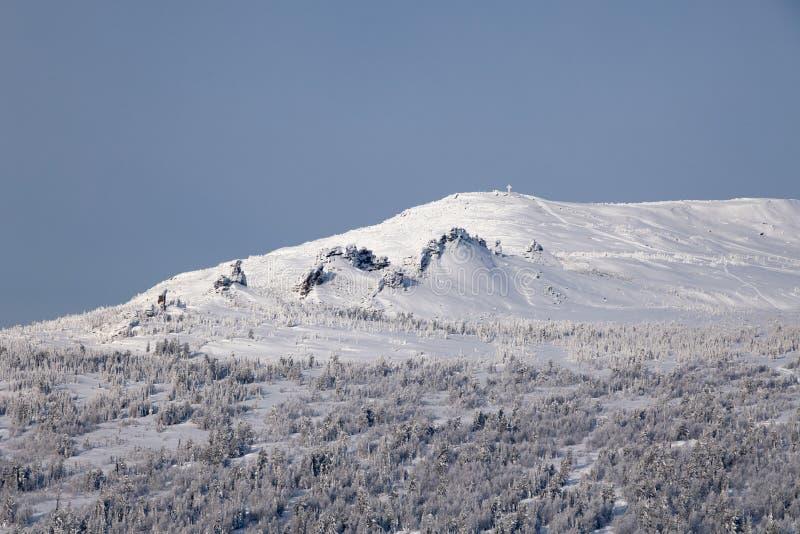 Visión escénica panorámica desde el top del invierno de los paisajes de la montaña val foto de archivo libre de regalías