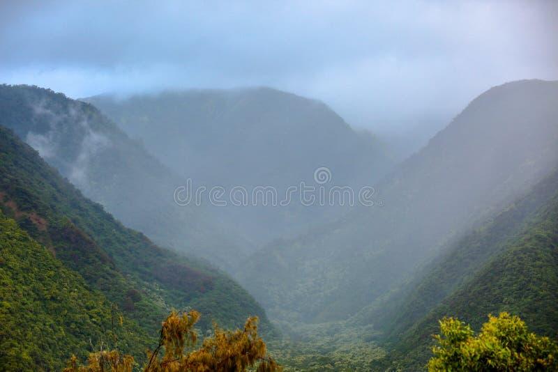 Visión escénica sobre el valle brumoso de Pololu fotos de archivo