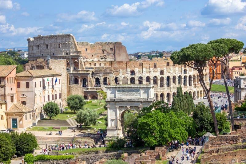 Visión escénica sobre las ruinas de Roman Forum en Roma foto de archivo