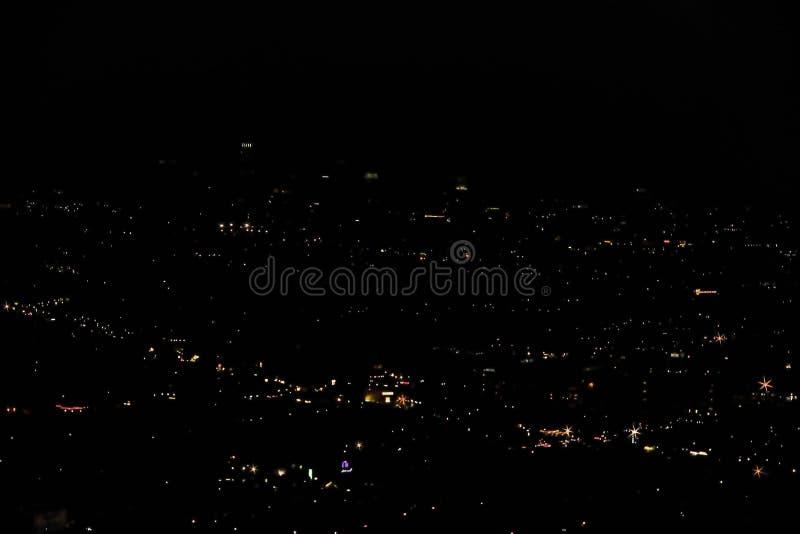 Visión experimental sobre ciudad con los nightlights Fondos hermosos de la noche imagenes de archivo
