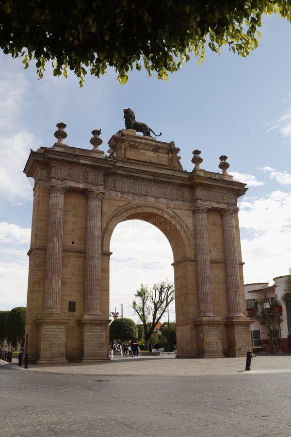 Visión frontal en el formato vertical del arco del león en el ³ n Guanajuato de Leà fotos de archivo