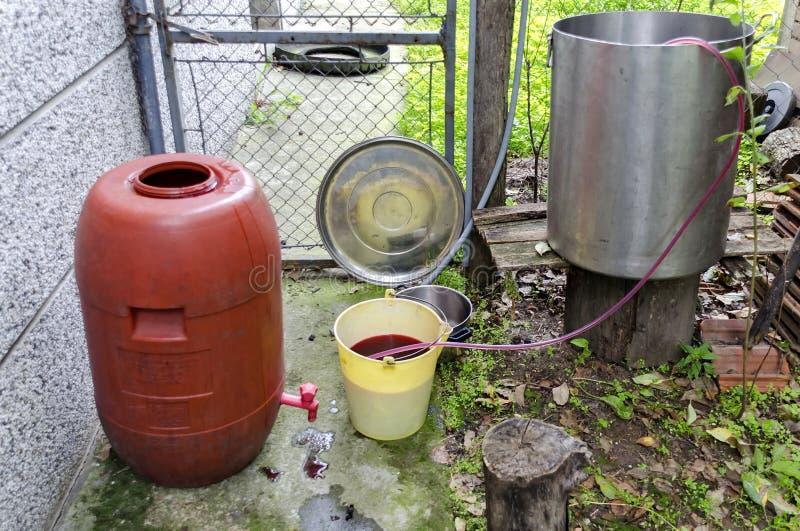 Visión general desde la producción de nuevo vino en la condición casera foto de archivo