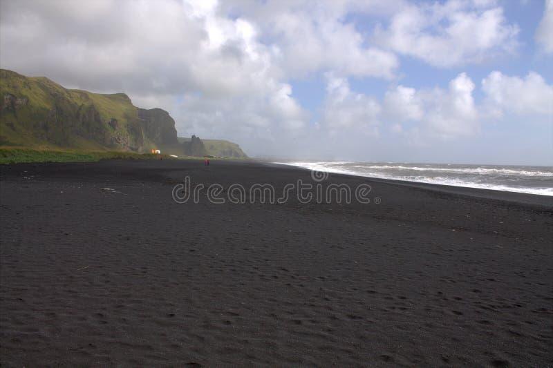 Visión general en la playa de la arena del negro del rejnisfara en Vik Myrdal fotografía de archivo libre de regalías
