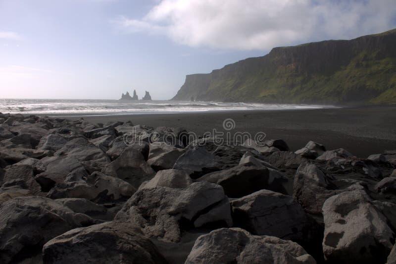 Visión general en la playa de la arena del negro del rejnisfara en Vik Myrdal imagen de archivo libre de regalías
