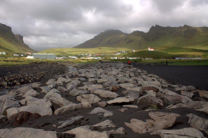 Visión general en la playa de la arena del negro del rejnisfara en Vik Myrdal imagenes de archivo
