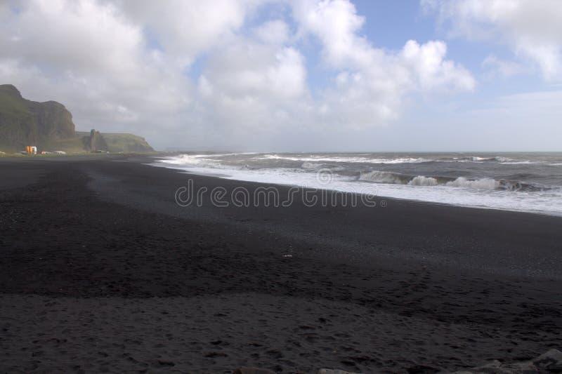 Visión general en la playa de la arena del negro del rejnisfara en Vik Myrdal fotos de archivo libres de regalías