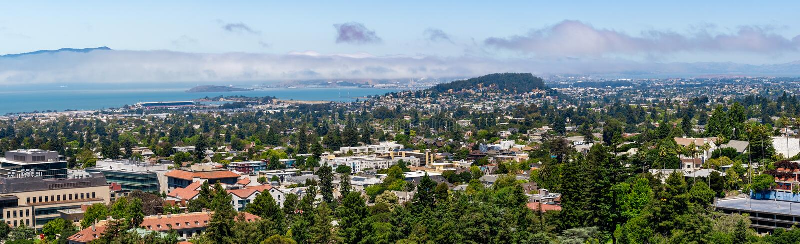 Visión hacia Berkeley, Richmond y la línea de la playa de la área de la Bahía de San Francisco en un día soleado; Campus de Berke fotos de archivo libres de regalías