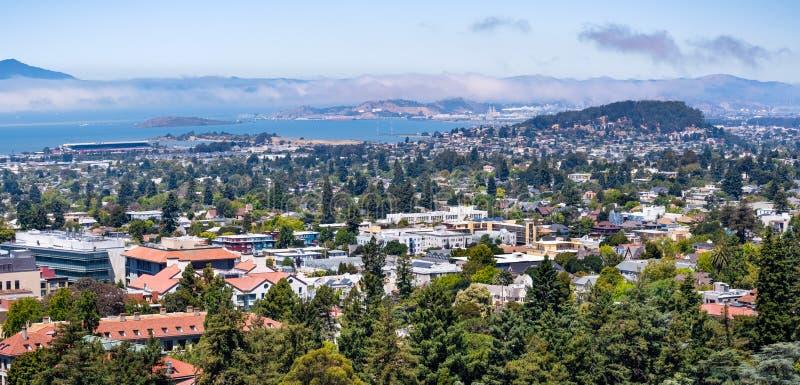 Visión hacia Berkeley, Richmond y la línea de la playa de la área de la Bahía de San Francisco en un día soleado; Campus de Berke imagenes de archivo