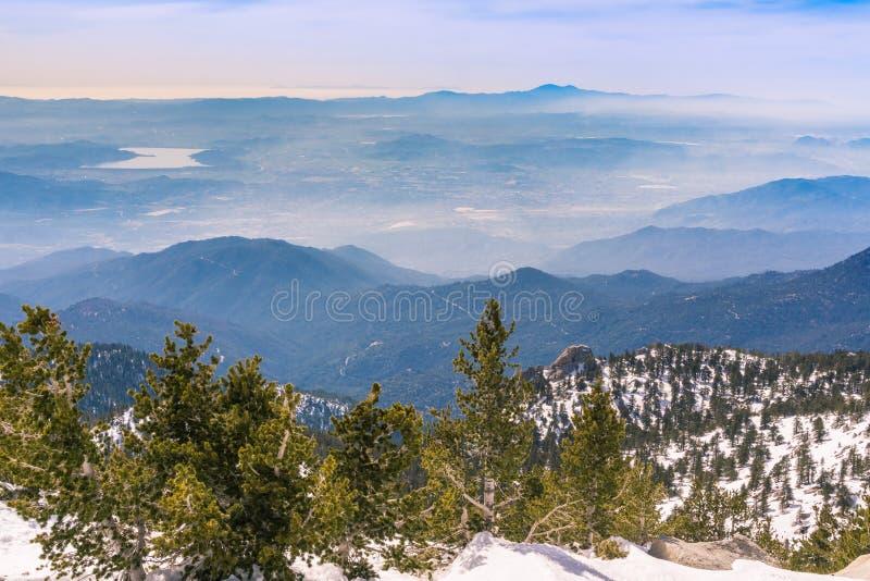 Visión hacia Hemet y Diamond Valley Lake del rastro para montar a San Jacinto, California fotografía de archivo