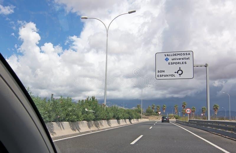 Visión hacia las montañas en el camino a Valldemossa fotos de archivo