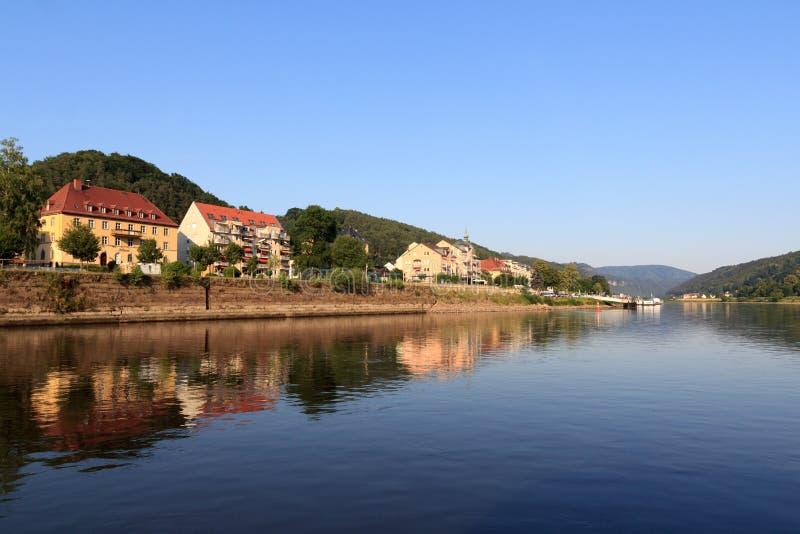 Visión hacia mún Schandau del río Elba, Suiza sajona imagenes de archivo