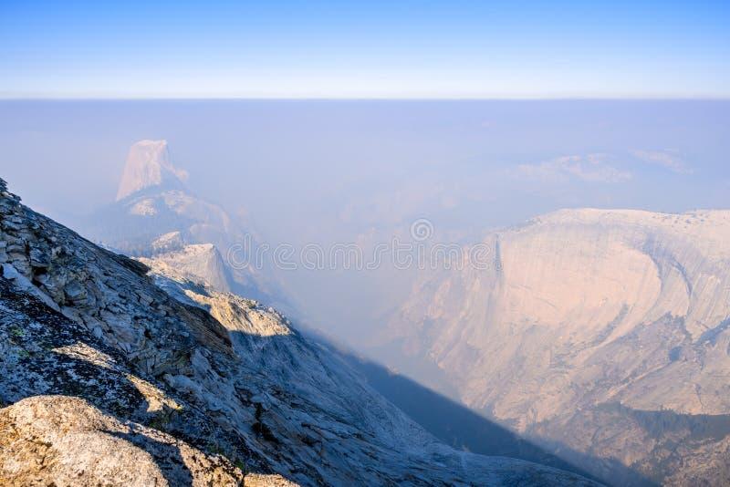 Visión hacia media bóveda en un día con el humo que cubre el paisaje; Parque nacional de Yosemite imagen de archivo