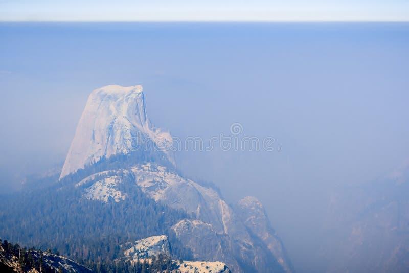 Visión hacia media bóveda en un día con el humo que cubre el paisaje; Parque nacional de Yosemite imagen de archivo libre de regalías