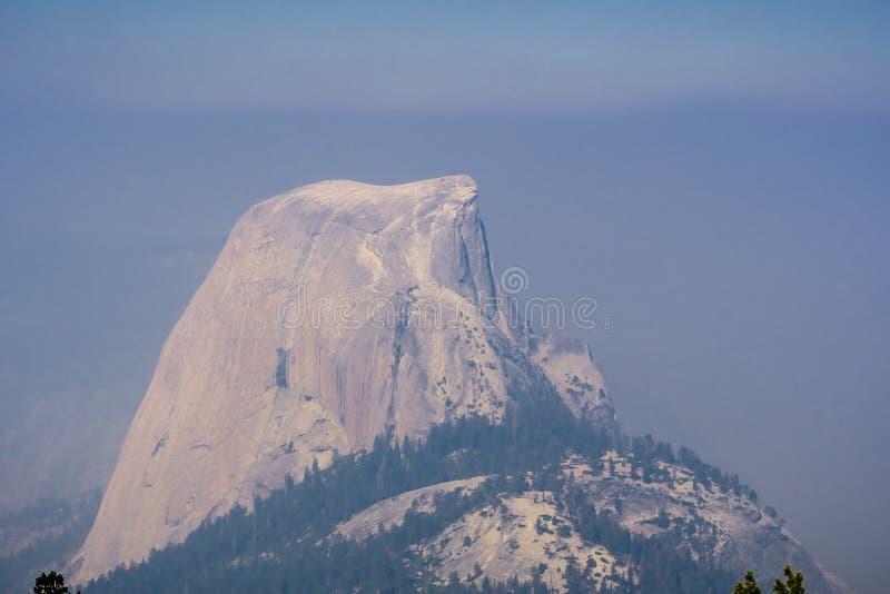 Visión hacia media bóveda en un día con el humo que cubre el paisaje; Parque nacional de Yosemite foto de archivo