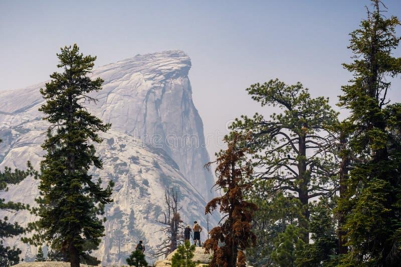 Visión hacia media bóveda en un día con el humo que cubre el paisaje; Parque nacional de Yosemite fotos de archivo