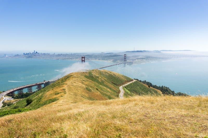 Visión hacia puente Golden Gate según lo visto de las pistas de senderismo en Marin Headlands State Park, California imagenes de archivo