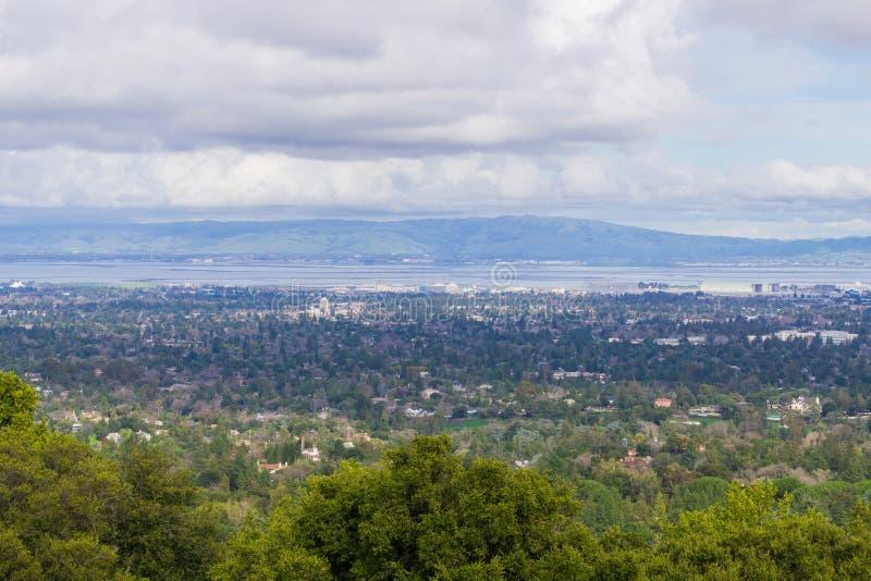 Visión hacia Sunnyvale y Mountain View, Silicon Valley en un día nublado, después de una tormenta, sur San Francisco Bay, Califor imagen de archivo