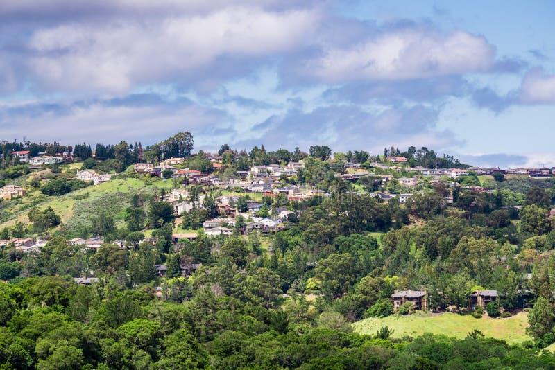 Visión hacia una vecindad residencial de San Carlos del parque del condado de Edgewood, área de la Bahía de San Francisco, Califo fotos de archivo