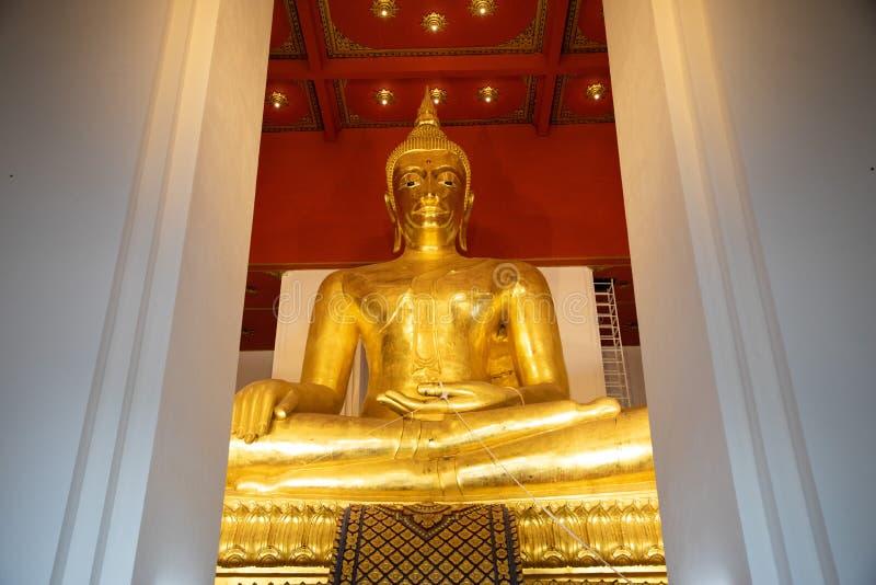 Visión inferior desde un oro gigante Buda dentro de un templo en Tailandia fotografía de archivo libre de regalías