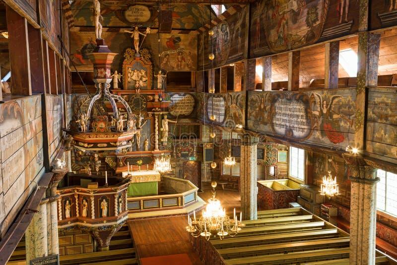 Visión interior en una iglesia de madera foto de archivo