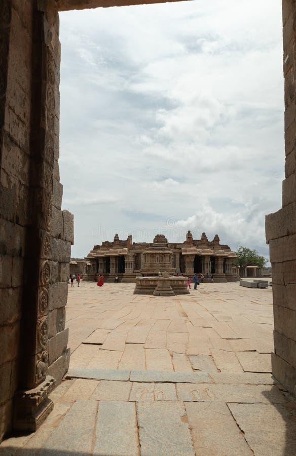 Visión interna a través de la entrada del templo de Vittala en Hampi, Karnataka, la India fotografía de archivo libre de regalías